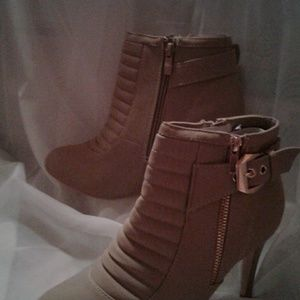 NIB Forever Mandy Booties Taupe23